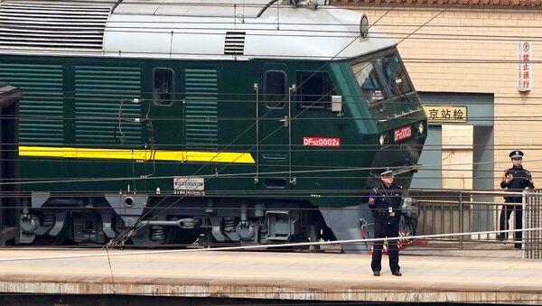 Pekin'deki tren istasyonunda nöbet tutan polis memurları - Sputnik Türkiye