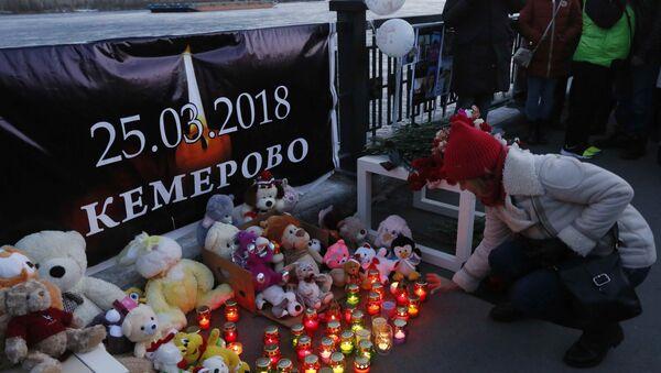 Rusya'nın Kemerovo kentindeki AVM yangınında yaşamını yitirenler için Krasnoyarsk'ta düzenlenen anma töreni - Sputnik Türkiye