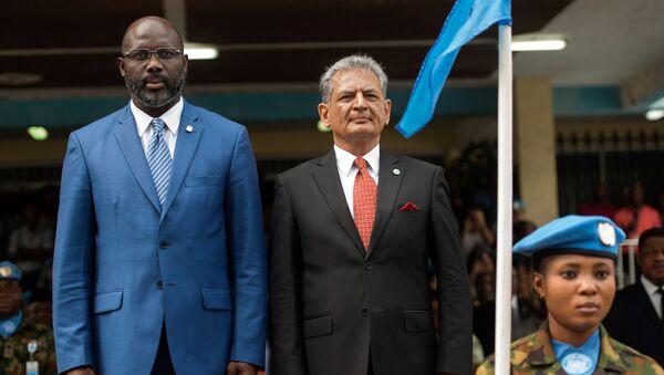 Eski futbolcu ve Liberya Devlet Başkanı George Weah ile BM Liberya Özel Temsilcisi Farid Zarif - Sputnik Türkiye