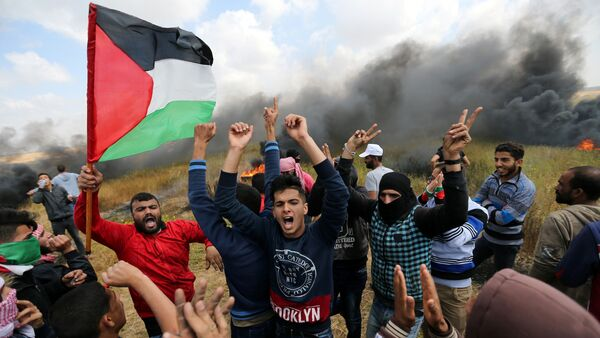 Palestinians shout during clashes with Israeli troops, during a tent city protest along the Israel border with Gaza, demanding the right to return to their homeland, the southern Gaza Strip March 30, 2018. - Sputnik Türkiye