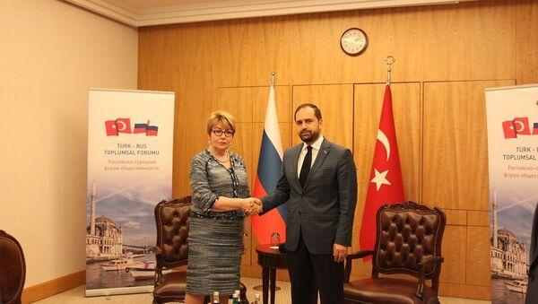 Rus-Türk Toplumsal Forumu Eş Başkanları Ahmet Berat Çonkar ve Eleonora Mitrofanova - Sputnik Türkiye