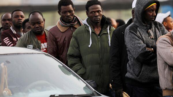İsrail'in Bney Brak kentinde Nüfus ve Göçmenlik Merkezi bürosunun açılmasını bekleyen Afrikalı göçmenler - Sputnik Türkiye