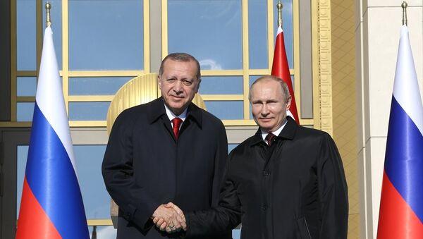 Cumhurbaşkanı Recep Tayyip Erdoğan ve Rusya Devlet Başkanı Vladimir Putin, Cumhurbaşkanlığı Külliyesi'nde video konferans yoluyla Akkuyu Nükleer Santrali Temel Atma Töreni'ne katıldı - Sputnik Türkiye