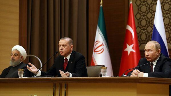 Cumhurbaşkanı Recep Tayyip Erdoğan, Rusya Devlet Başkanı Vladimir Putin (sağda) ve İran Cumhurbaşkanı Hasan Ruhani (solda) - Sputnik Türkiye