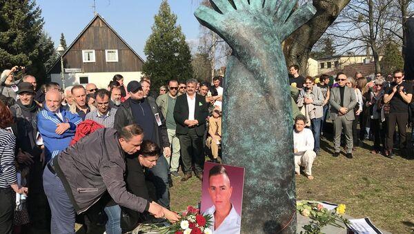 Almanya'da, öldürülen Türk genci Burak Bektaş için anıt dikildi - Sputnik Türkiye