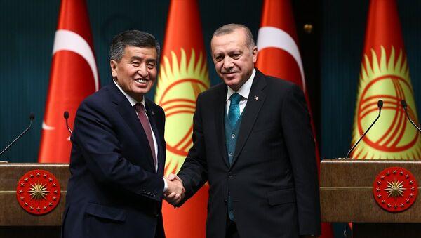 Kırgızistan Cumhurbaşkanı Sooranbay Ceenbekov ile Cumhurbaşkanı Recep Tayyip Erdoğan - Sputnik Türkiye