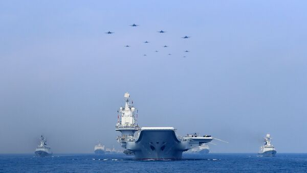 Güney Çin Denizi, ABD ile Çin arasında potansiyel çatışma riski taşıyan bir bölge. ABD, bölgede askeri ekipman bulundurma kabiliyetine sahip bir dizi yapay adacık inşa eden Çin'in faaliyetlerinin stratejik su yollarındaki seyrüsefer serbestisini tehdit ettiğini savunuyor. Pekin ise adalarının yakınlarında ABD'ye ait savaş gemilerinin seyrüfsefer serbestisi operasyonları yapmasını düzenli olarak protesto ediyor - Sputnik Türkiye