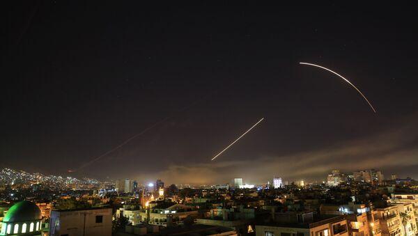 Suriye'nin başkenti Şam'a yönelik ABD öncülüğündeki saldırılar nedeniyle Suriye hava savunmasının aktive edlidiği bildirildi. - Sputnik Türkiye