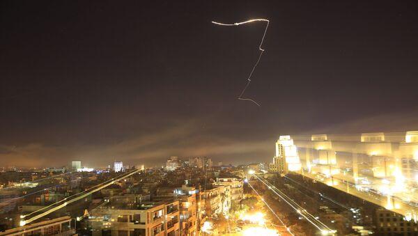 ABD ve müttefikleri Suriye'ye füzelerle saldırdı - Sputnik Türkiye