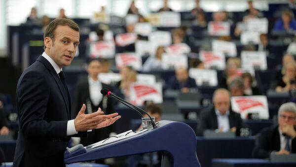 ABD'nin Suriye saldırısına 'uluslararası toplumun onuru' adına katıldıklarını savunan Fransa Cumhurbaşkanı Emmanuel Macron'u Avrupa Parlamentosu üyeleri protesto etti. - Sputnik Türkiye