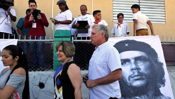 Küba, Santa Clara, ulusal ve yerel meclis seçimleri oy atma sırasında Miguel Diaz-Canel ve eşi Lis Cuesta - Sputnik Türkiye