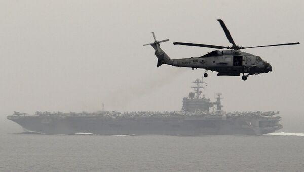 Doğu Akdeniz'de nükleer güçle çalışan uçak gemisi USS Harry S. Truman'ın çevresinde uçan helikopter - Sputnik Türkiye