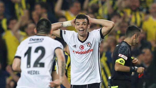 Ziraat Türkiye Kupası'nda çıkan olaylar nedeniyle 57. dakikada tatil edilen Fenerbahçe-Beşiktaş maçı, doğrudan kırmızı kart gören Pepe - Sputnik Türkiye