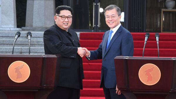 Kim Jong-un-Moon Jae-in - Sputnik Türkiye