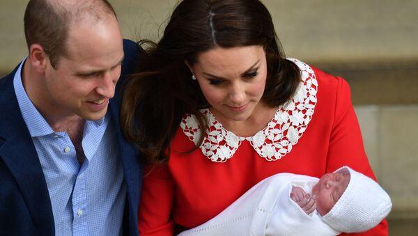 Cambridge Dükü William ile Düşesi Kate, üçüncü çocuklarına Louis Arthur Charles adını verdi. - Sputnik Türkiye