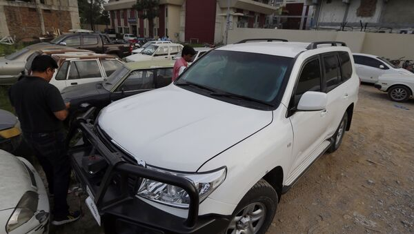 Pakistani journalists examine a car of American diplomate parked inside a police station after an accident in Islamabad, Pakistan, Saturday, April 7, 2018. Pakistani police say a car carrying an American diplomat has accidentally hit a Pakistani motorcyclist in the capital, Islamabad, killing him on the spot - Sputnik Türkiye