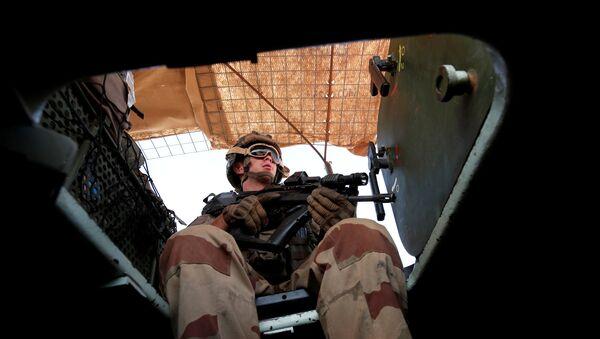 Zırhlı araçla devriye gezen Fransız askeri, Mali, Ekim 2017 - Sputnik Türkiye