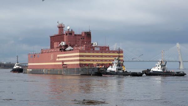 Rusya'nın ilk yüzen nükleer santrali 'Akademik Lomonosov', St. Petersburg kentinden Murmansk'a olan ilk yolculuğuna çıktı, burada nükleer yakıt dolumu yapıp Rusya'nın Uzak Doğu bölgesine çekilecek. - Sputnik Türkiye