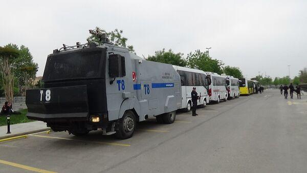 1 Mayıs dolayısıyla 8 bini Maltepe, 6500'ü Beyoğlu, Şişli ve Beşiktaş'ta olmak üzere kent genelinde 26.174 polis görev yapıyor. 4 polis helikopteri çalışmalara havadan destek verirken, çeşitli noktalara 85 TOMA ve 67 zırhlı araç konuşlandırıldı. - Sputnik Türkiye