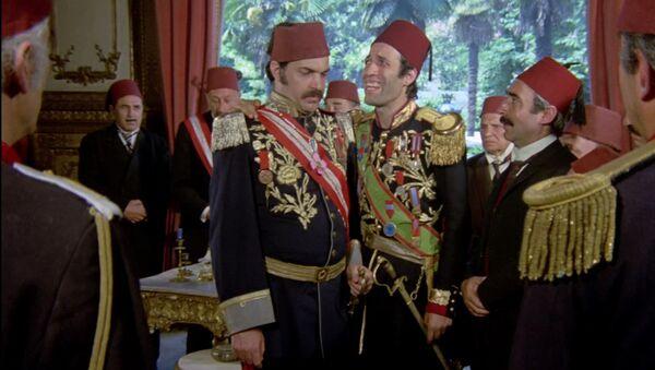 Kartal Tibet'in yönettiği, Kemal Sunal, Şener Şen, Adile Naşit, Müjde Ar ve Ayşen Gruda'nın rol aldığı 1976 yapımı Tosun Paşa Türk sinemasının unutulmaz filmleri arasında yer alıyor. - Sputnik Türkiye