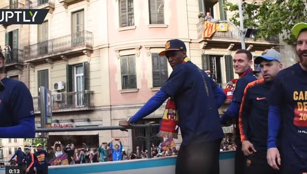 İspanya La Liga'da Deportivo La Coruna'yı 4-2 mağlup ederek şampiyon olan Barcelona takımı, şampiyonluğunu kutladı. Kutlamalar sırasında takımın savunma oyuncusu Gerard Pique, Russia Today'in (RT) kamerasını alarak yıldız futbolcular Lionel Messi ve Luis Suarez'in olduğu otobüsün üzerinden görüntü aldı. - Sputnik Türkiye