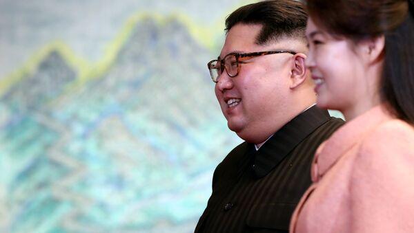 Kim Jong-un ve eşi Ri Sol-ju - Sputnik Türkiye