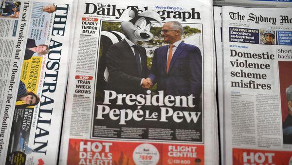 Avustralya'nın tabloid gazetesi Daily Telegraph'ın manşetinde Turnbull'la el sıkışan Macron, 'Pepé Le Pew' olarak fotomontajlandı. - Sputnik Türkiye
