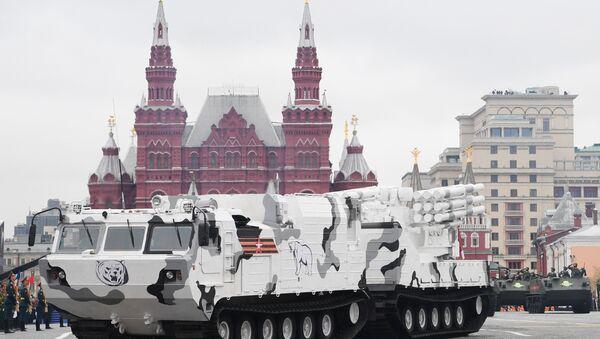 Moskova'daki Kızıl Meydan'da Zafer Günü askeri geçit törenine katılan Arktik edisyonu bir Pantsir-SA - Sputnik Türkiye
