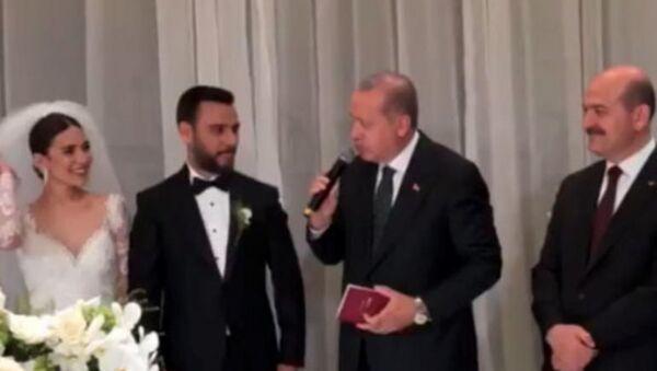 Cumhurbaşkanı Recep Tayyip Erdoğan ve İçişleri Bakanı Süleyman Soylu Alişan ve Buse Varol çiftinin nikah şahitliğini yaptı. - Sputnik Türkiye