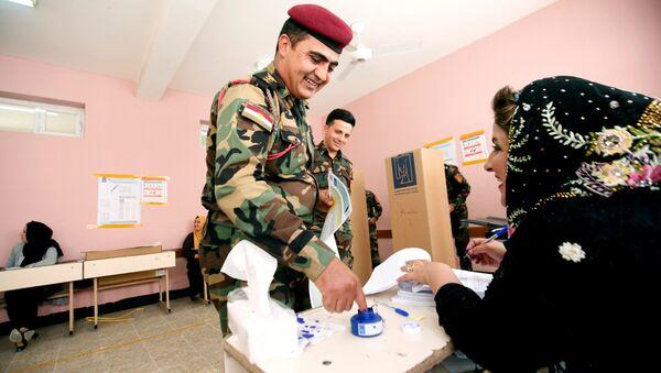 IKBY'ye bağlı Erbil, Süleymaniye ve Duhok kentindeki Peşmerge ve asayiş güçleri de 99 seçim merkezinde oy kullanmak için sabahın erken saatlerinde uzun kuyruklar oluşturdu. - Sputnik Türkiye
