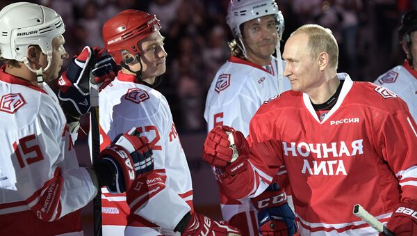Putin'in takımında Rusya Savunma Bakanı Sergey Şoygu'nun yanı sıra Vyaçeslav Fetisov ve Pavel Bure gibi eski Rus hokey yıldızları yer aldı. - Sputnik Türkiye