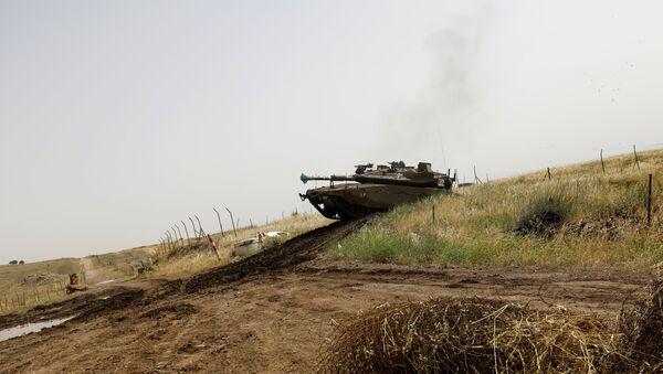Golan Tepeleri'nde bir İsrail tankı - Sputnik Türkiye