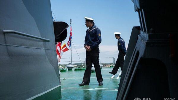 Karadeniz Filosu'nda görevli denizci Sivastopol'deki savaş gemisinde - Sputnik Türkiye