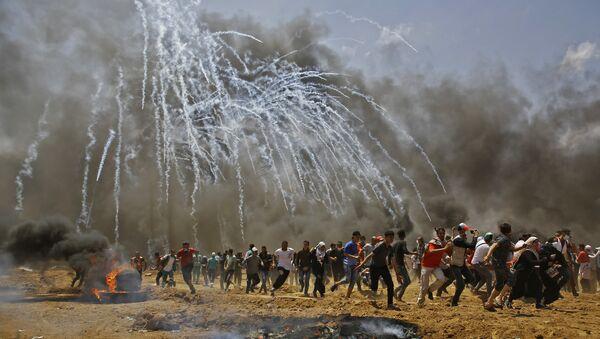 ABD'nin Kudüs Büyükelçiliği'nin açılışını protesto için İsrail sınırına yürüyen Gazzelilere İsrail'in havadan göz yaşartıcı gazla müdahalesi - Sputnik Türkiye