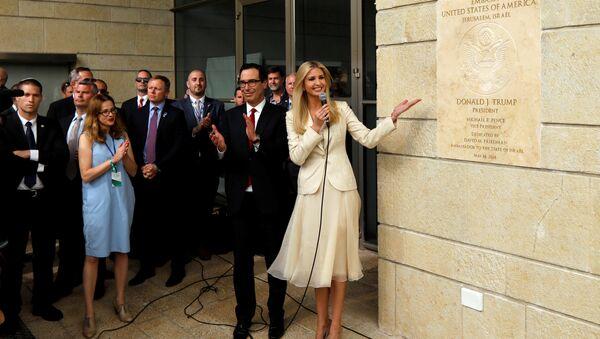 ABD'nin Kudüs Büyükelçiliği açılışında Trump'a ithaf tabelasını gösteren kızı ve danışmanı Ivanka Trump ile Hazine Bakanı Steven Mnuchin - Sputnik Türkiye