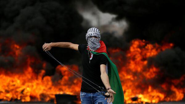 Batı Şeria, Ramallah, Beyt El'deki Nakba protestosunda sapanlı Filistinli - Sputnik Türkiye