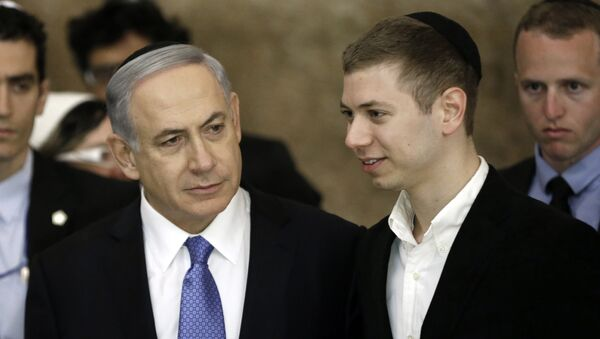 Israeli Prime Minister Benjamin Netanyahu (L) and his son Yair visit, on March 18, 2015, the Wailing Wall in Jerusalem following his party Likud's victory in Israel's general election - Sputnik Türkiye