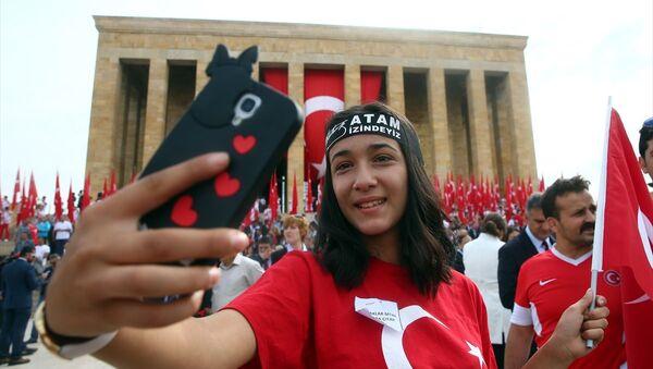 19 Mayıs Atatürk'ü Anma, Gençlik ve Spor Bayramı nedeniyle Anıtkabirde tören düzenlendi. Törene Gençlik ve Spor Bakanı Osman Aşkın Bak ile birlikte 81 il ve Kuzey Kıbrıs Türk Cumhuriyeti'nden (KKTC) gelen temsilci gençler, sporcular, öğrenciler, halk oyunları ekipleri ve bakanlık çalışanları da katıldı. - Sputnik Türkiye