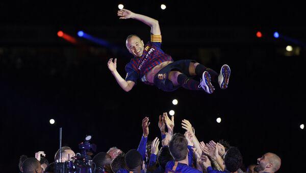 Son maçında Barcelona'daki takım arkadaşları Iniesta'yı ellerinin üzerinde havaya fırlattı. - Sputnik Türkiye