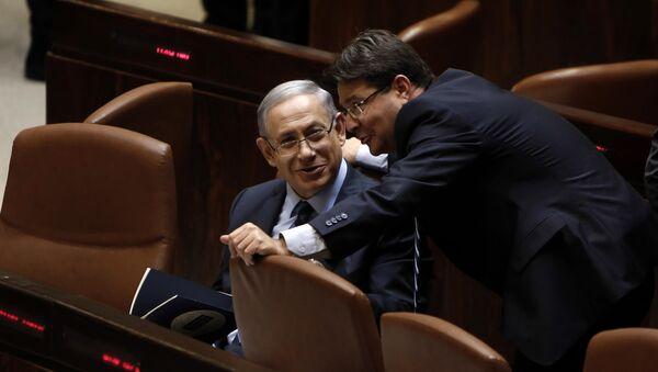 Israeli Prime Minister Benjamin Netanyahu (L) talks with Ofir Akunis (R) during a meeting at the parliament, the Knesset, in Jerusalem, on May 13, 2015 - Sputnik Türkiye