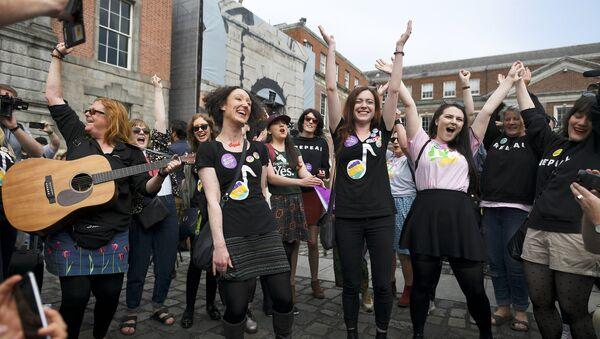 İrlanda'da referandum sonuçları açıklandı: Kürtajı yasaklayan düzenleme kaldırılacak - Sputnik Türkiye