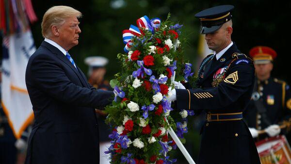 ABD'de orduda görev yaparken hayatını kaybeden kadın ve erkeklerin onurlandırıldığı Anma Günü'nda Başkan Donald Trump, Arlington Ulusal Mezarlığı'ndaki Meçhul Asker Anıtı'na çelenk bıraktı. - Sputnik Türkiye