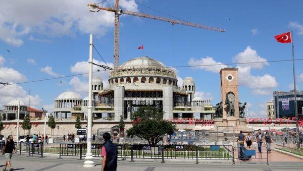 İnşaatı devam eden Taksim Camisi'nin ana kubbesi tamamlandı ve üzerine Türk bayrağı dikildi. - Sputnik Türkiye