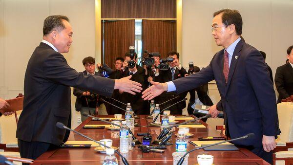 Güney Kore Birleştirme Bakanı Cho Myoung-gyon ve Kuzey Koreli mevkidaşı Ri Son Gwon, Panmunjom'daki görüşmelerde tokalaşırken - Sputnik Türkiye