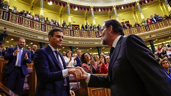 İspanya parlamentosunun güvenoyu vermediği Başbakan Rajoy (sağda), ayağa kalkıp Sosyalist Parti lideri Sanchez'le el sıkıştı, bu tebriğin ardından tek kelime etmeden genel kuruldan ayrıldı. - Sputnik Türkiye