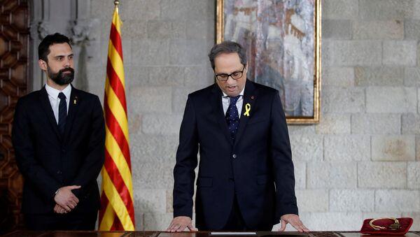 Katalan Meclisi Başkanı Roger Torrent'in de katıldığı törenle Katalonya Başkanı seçilen Quim Torra'nın liderliğindeki hükümet yemin ederek göreve başladı. - Sputnik Türkiye