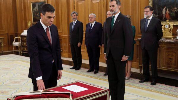 PSOE lideri Pedro Sanchez, Zarzuela Sarayı'nda Kral 6. Felipe'nin önünde yemin etti. İspanya tarihinde ilk kez İncil veya haça yer verilmeyen yemin töreninde, Sanchez, Anayasa'ya el bastı. - Sputnik Türkiye