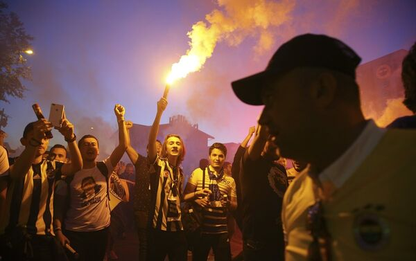 Ülker Stadı'ndaki kongrenin ardından stat etrafındaki taraftarlar Ali Koç'un başkan seçilmesini kutladı. - Sputnik Türkiye