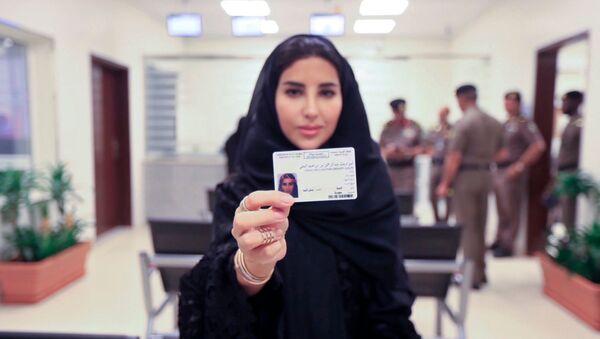 Suudi Arabistan'ın bugün ilk kez kadınlara ehliyet dağıtmaya başladığını duyuruldu. - Sputnik Türkiye
