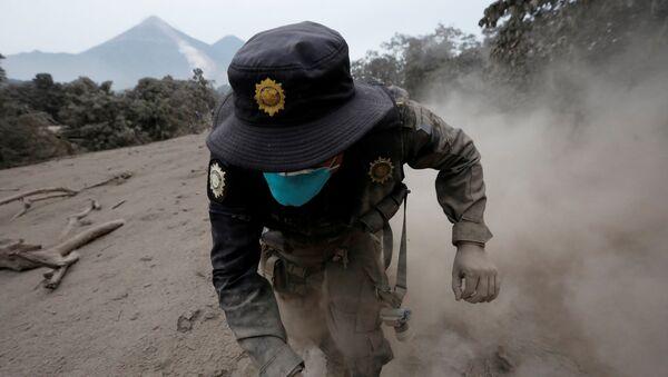 Guatemalalı kurtarma görevlileri dün Fuego volkanının patlaması ile ile yayılan toprak ve molozların altından yeni cansız bedenleri çıkardı. Daha önce 25 olarak açıklanan ölü sayısı yoğun çamur tabakasının dümdüz ettiği köylerde bulunan yeni cesetlerle birlikte saatler içinde 69'a yükseldi. 3763 metre yüksekliğindeki volkan pazar günü patlayarak kül, kızgın çamur ve sıcak taş parçaları püskürtmüştü. - Sputnik Türkiye